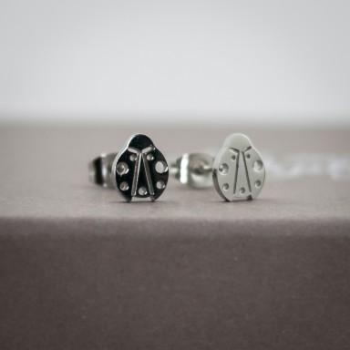 Coppia di micro orecchini coccinella in acciaio inox